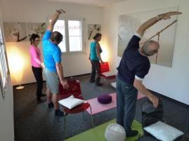 Senioren Yogatherapie mit einem Stuhl